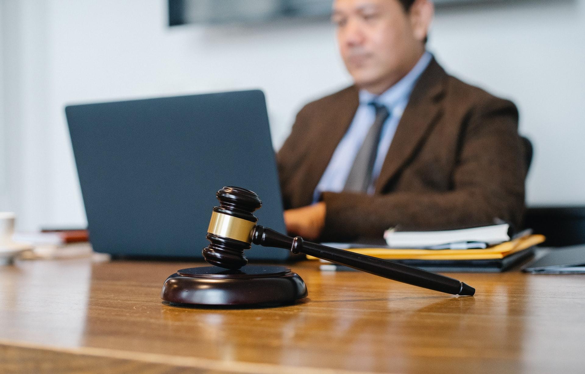 Anwalt beim arbeiten am Laptop