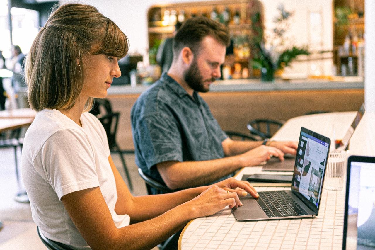 Freelancer bei ihrer Arbeit
