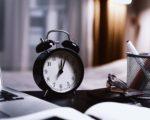 Wecker auf Tisch für Zeitmanagement