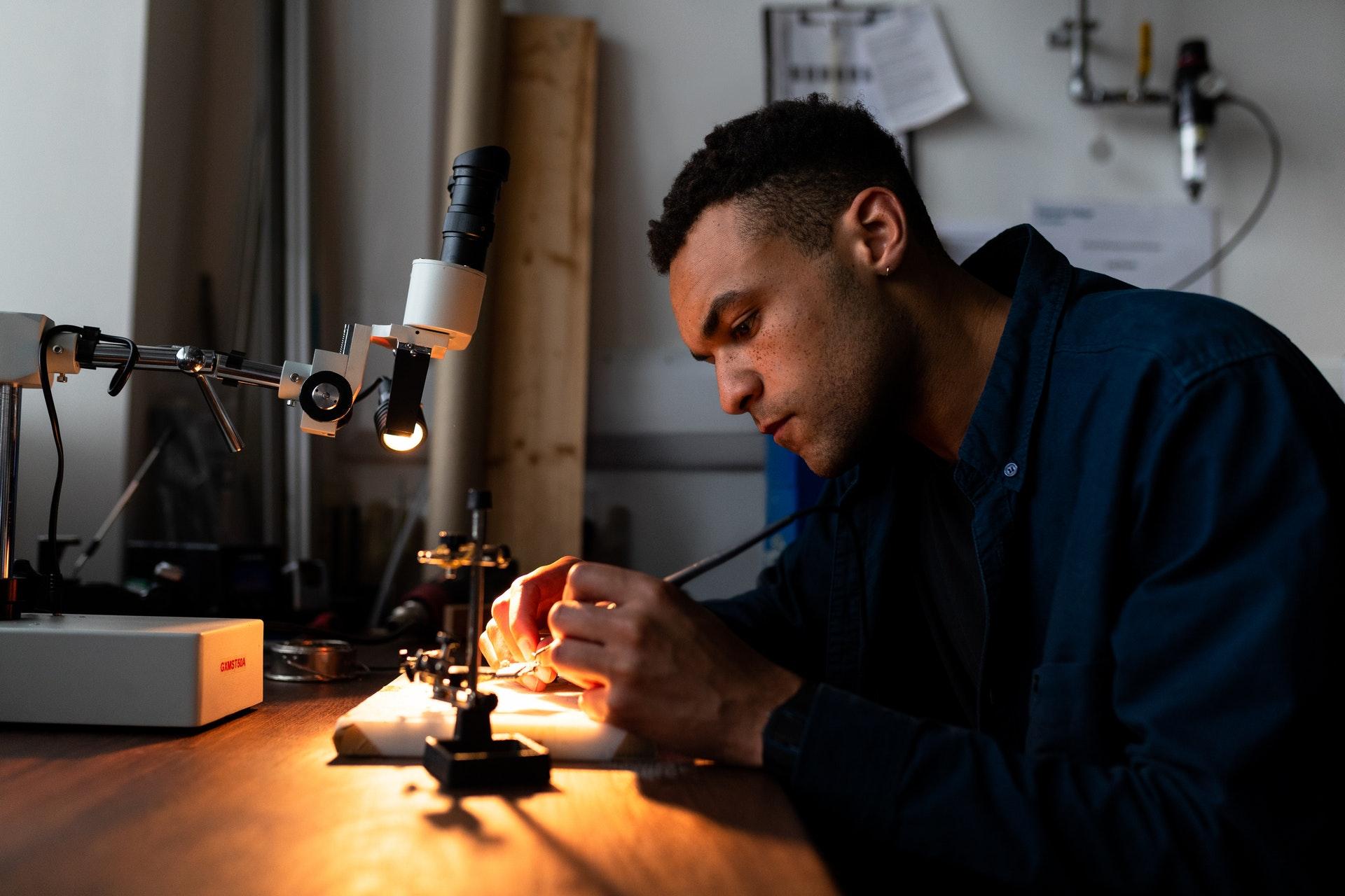 Ein Elektroingenieur entwickelt etwas neues